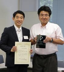 功労賞を受賞した大竹教授(左)と記念プレートを授与する中森会長