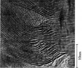 天然MoS2の(001)画の湾曲状態の断面格子像